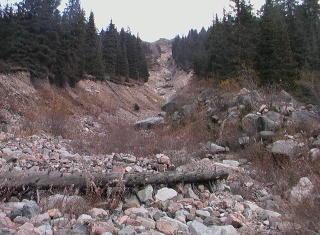 Овраг, потоками из которого смыло часть альплагеря