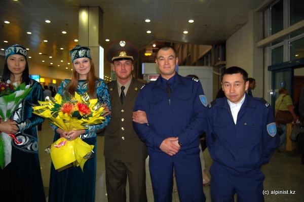 Спасатели, военные, девушки в национальных костюмах