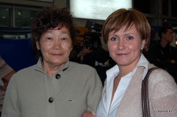 Мама Максута Жумаева и жена Ольга