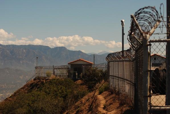 а по соседству со знаком стоят какие-то передающие станции, огороженные колючим забором, видать для трансляции образа Голивуда на весь мир :)