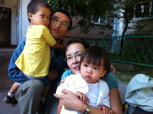 Адилет с женой и детьми перед своим последним восхождением