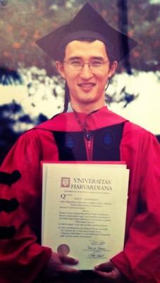 Адилет с дипломом Harvard Univeristy(PhD)