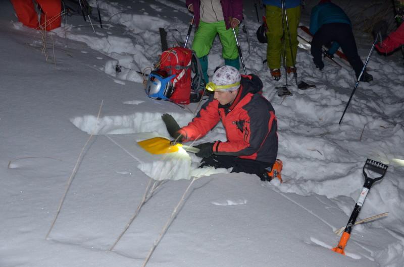 Ильяс Галимбеков проводит тест на устойчивость снежного покрова